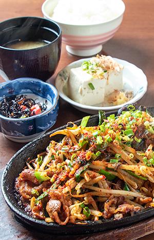 鉄板豚肉とニラとキクラゲの旨辛スタミナ炒め定食